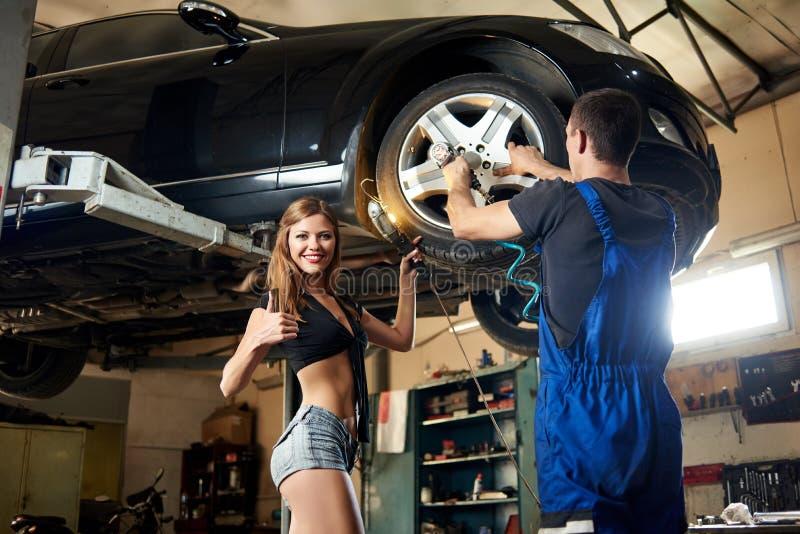 在液压悬挂的汽车修理在自动车间 库存照片