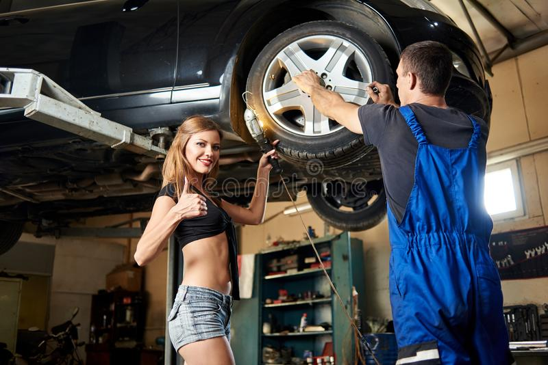 在液压悬挂的汽车修理在自动车间 库存图片