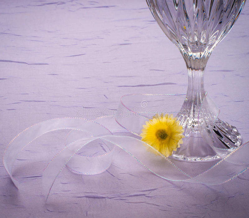 在淡紫色的浪漫表设置 库存图片