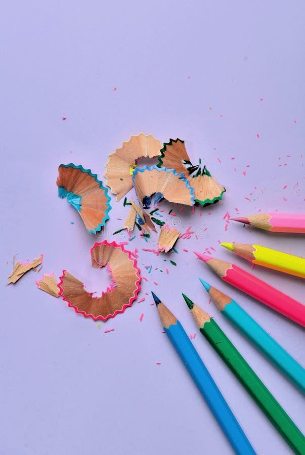 在淡紫色纸削尖的木五颜六色的铅笔的关闭 库存照片