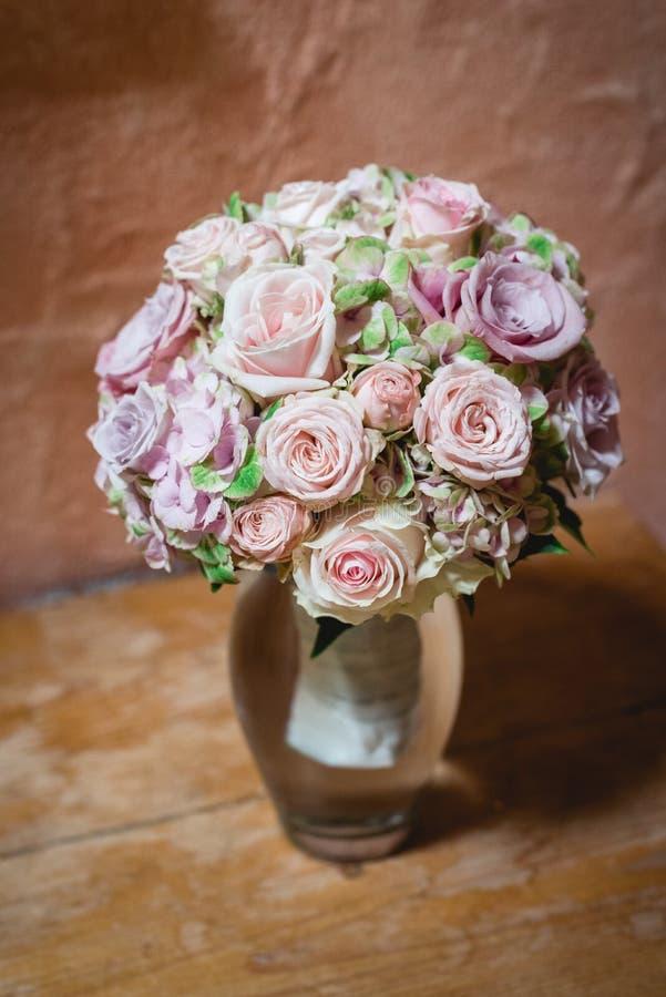 在淡色的新娘花束 免版税库存照片