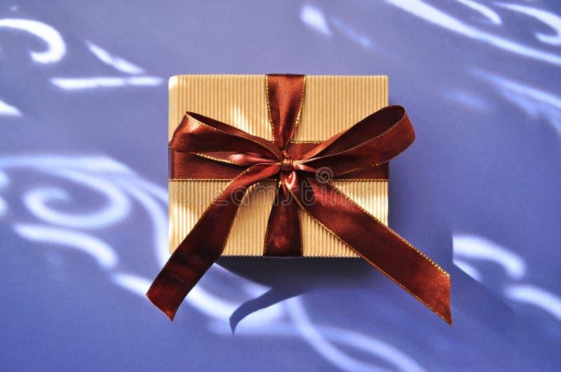 在淡色紫色背景的礼物盒与装饰品 免版税库存照片
