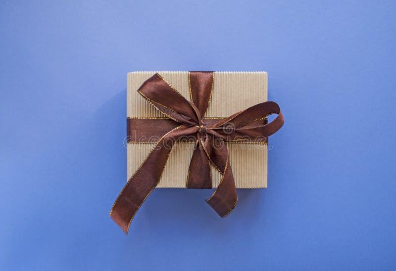 在淡色紫色背景的礼物盒与装饰品 免版税库存图片