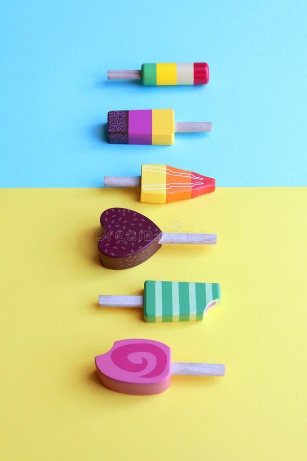 在淡色背景的五颜六色的木冰淇凌 免版税库存照片