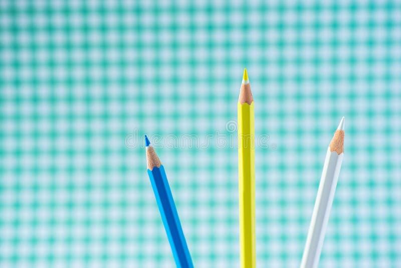 在淡色背景的色的铅笔对与空间的一只笼子文本的 库存照片
