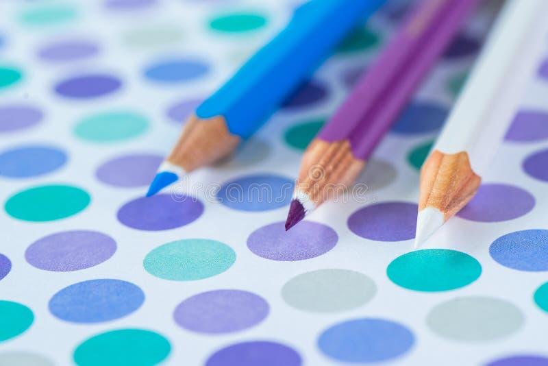 在淡色背景的色的铅笔对与空间的点文本的 免版税库存照片