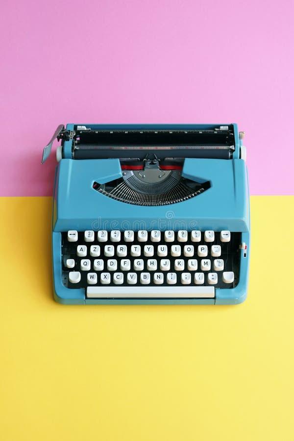 在淡色背景的葡萄酒蓝色打字机与拷贝的室 免版税库存照片