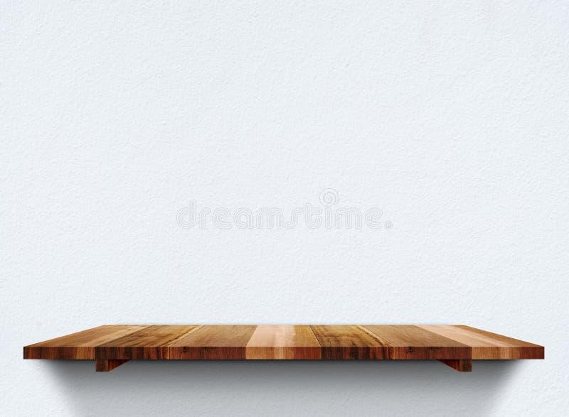 在淡色难看的东西混凝土墙上的空的木shelfs,嘲笑临时雇员 库存照片