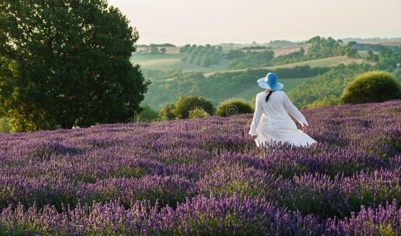 在淡紫色领域的妇女跳舞 图库摄影