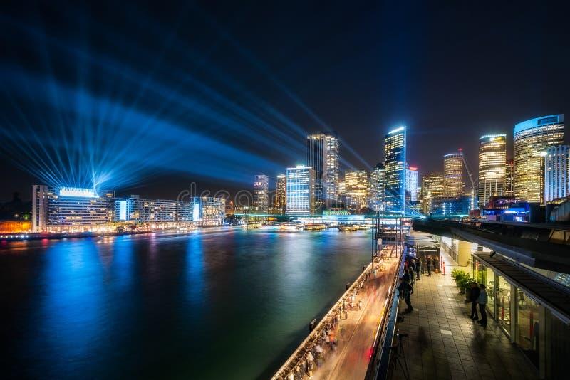 在深刻的蓝色口气穿戴的悉尼地平线 库存照片