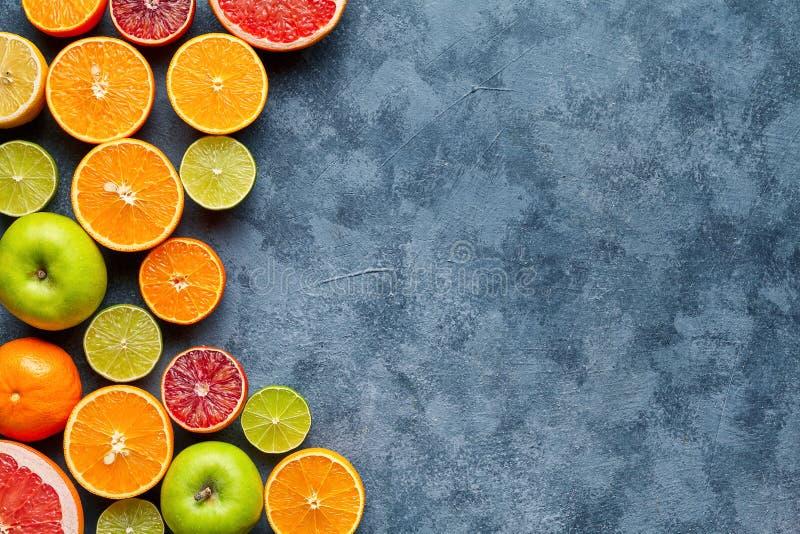 在深灰具体桌上的柑桔混合 背景许多饺子的食物非常肉 吃健康 抗氧剂,戒毒所,节食,干净吃 免版税图库摄影