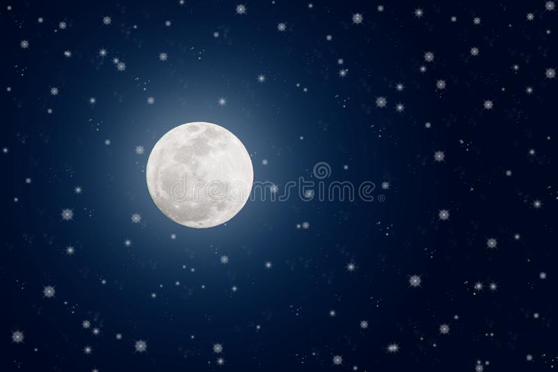 在深蓝夜空的明亮的满月和闪光星 免版税库存图片