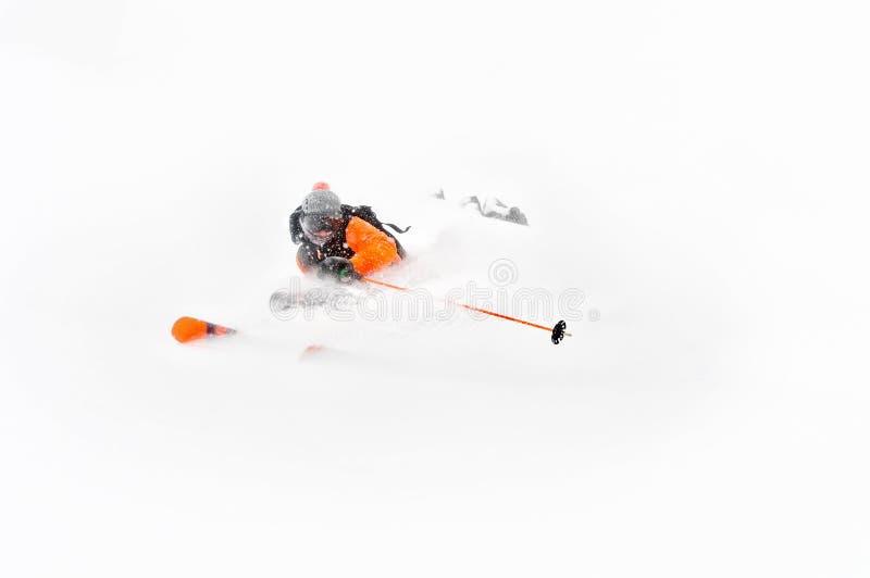在深雪外面的专业滑雪者运动员乘驾,当执行一个滑雪的把戏在暴风雪时 冬天季节是  库存图片