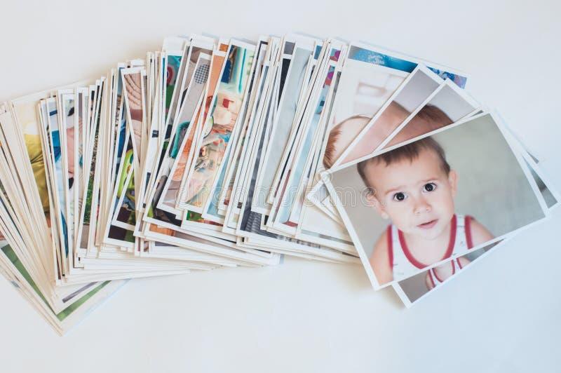 在混乱的堆打印的照片 免版税图库摄影