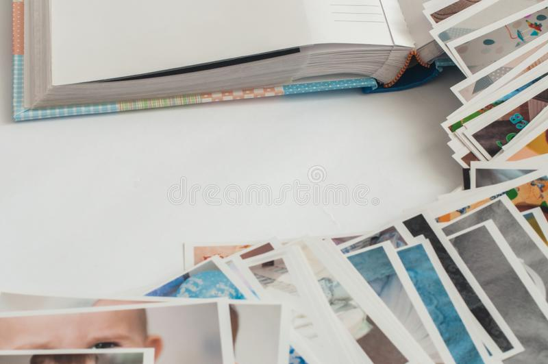 在混乱的堆打印的照片 库存图片