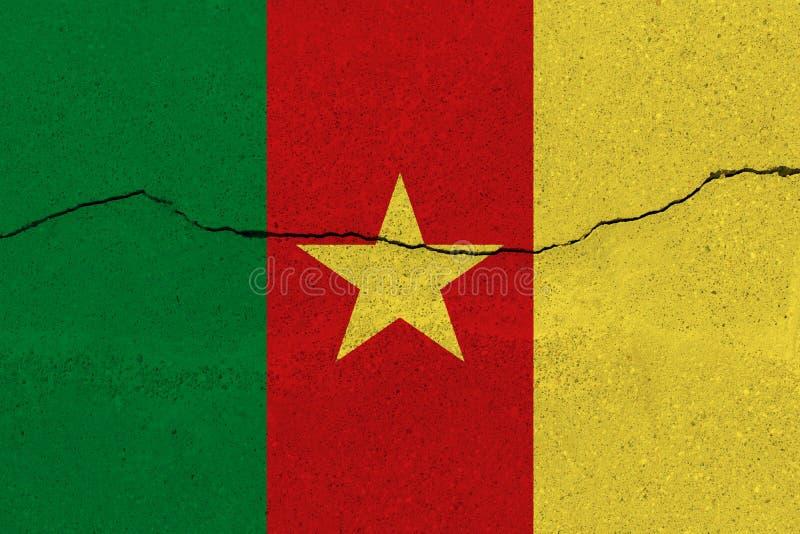 在混凝土墙上的喀麦隆旗子有裂缝的 免版税库存图片