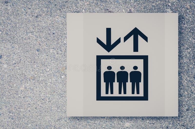 在混凝土墙上的推力或电梯标志 库存图片