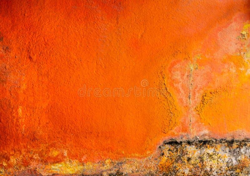 在混凝土墙与空间的纹理背景绘的老和肮脏的橙色颜色 在房子墙壁上的真菌 免版税库存图片