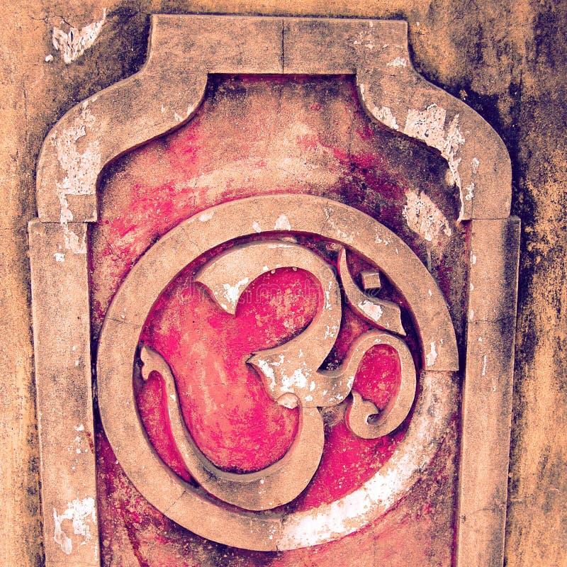 在混凝土墙背景的欧姆标志-葡萄酒作用 免版税库存照片