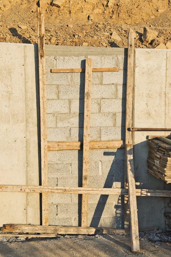 在混凝土墙,地震冲击吸收的煤渣砌块分开 免版税库存照片