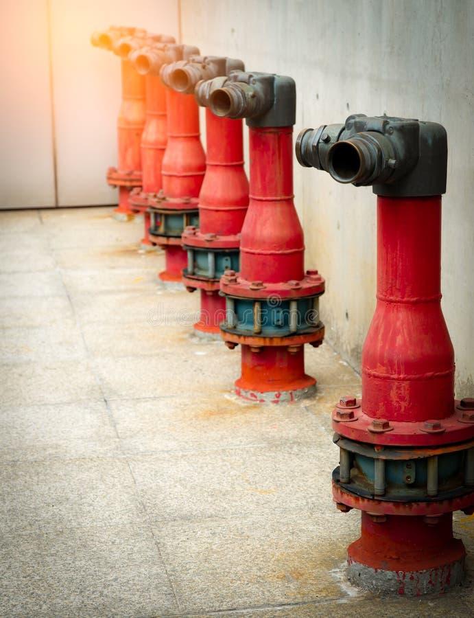 在混凝土建筑水泥地板上的防火安全泵浦  消火系统洪水系统  配管消防 红火 免版税库存照片