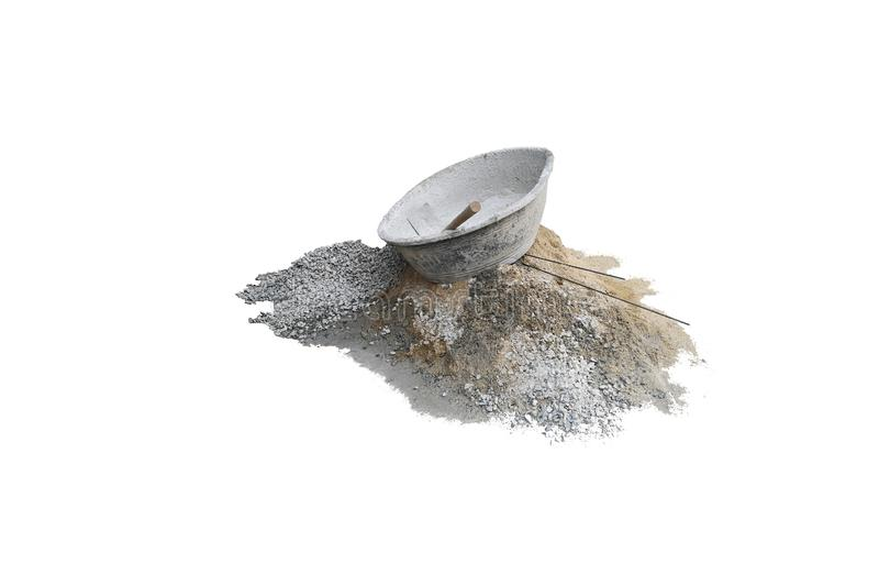 在混凝土搅拌机塑料的锄在堆石渣和沙子堆 图库摄影