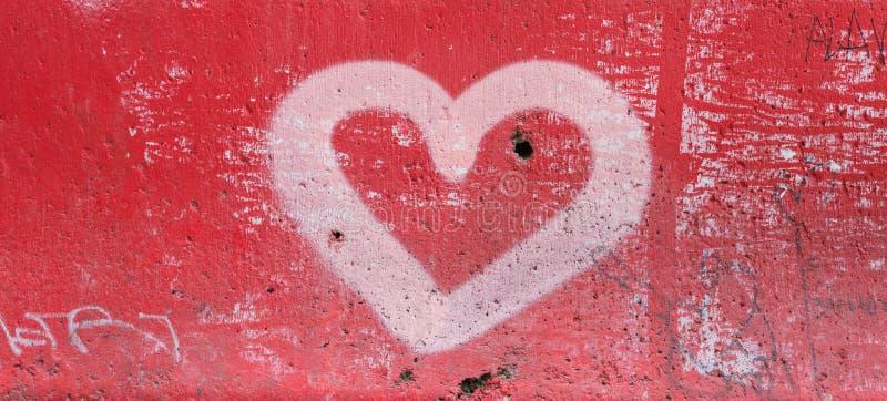 在混凝土的红色心脏 免版税图库摄影