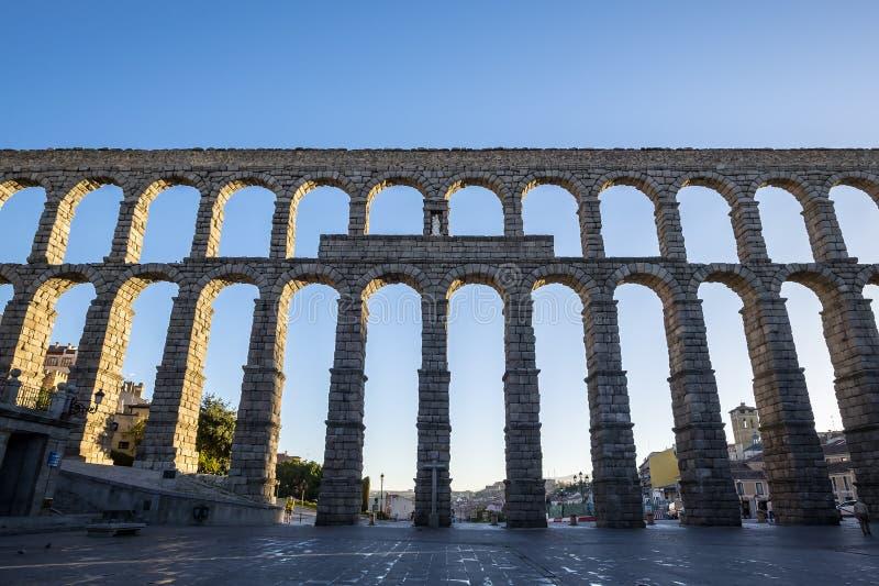 在清早光的罗马渡槽在塞戈维亚西班牙 免版税库存照片
