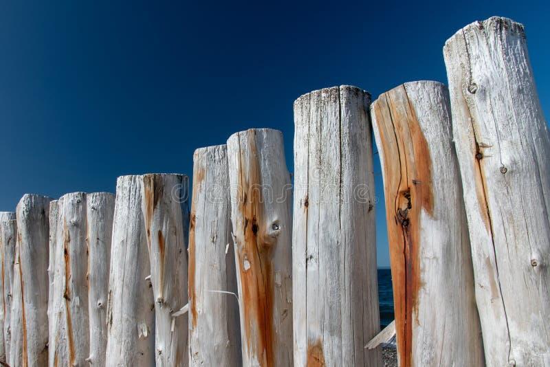 在清早太阳的被风化的防堤墙壁反对深天空蔚蓝 免版税库存照片