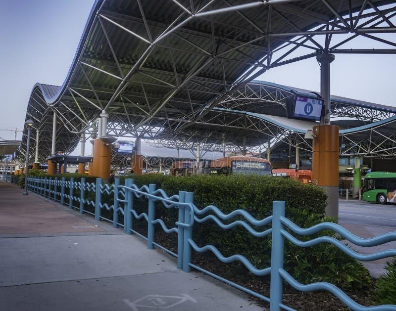 在清早小时,繁忙的路轨和公共汽车运输中心在奥兰多,佛罗里达服务清早通勤者 免版税库存图片
