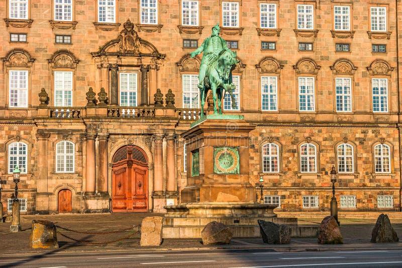 在清早照亮的克里斯蒂安堡宫殿,哥本哈根,丹麦 免版税库存照片