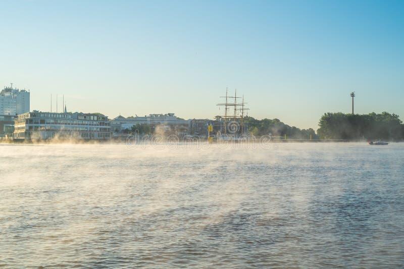 在清早,一场轻的雾在河Weser定居在布里曼 免版税库存照片