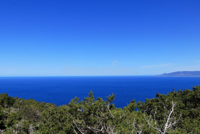 在清楚的地中海的看法有天空蔚蓝的在Akamas半岛国立公园,塞浦路斯 没有云彩 塞浦路斯的北部部分 免版税库存照片