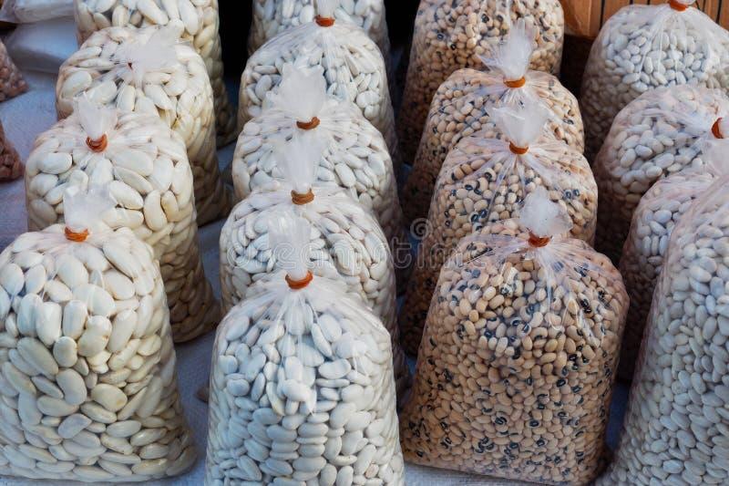 在清楚的塑料袋的干豆在希腊市场上 免版税库存图片