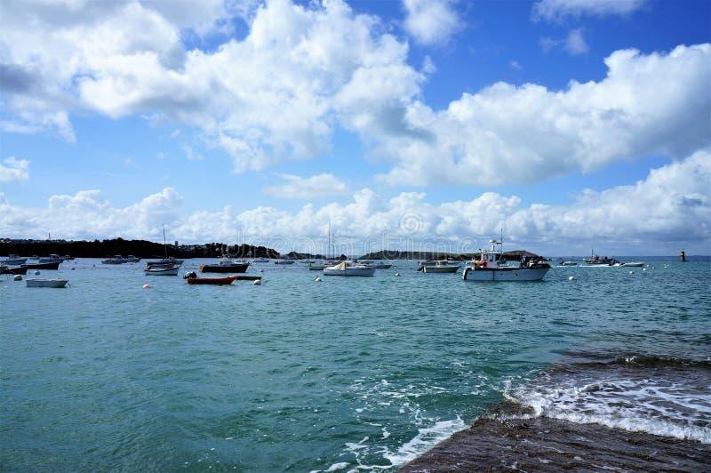 在清楚的大海的浮动小船在Ile重创在布里坦尼法国欧洲 免版税库存照片