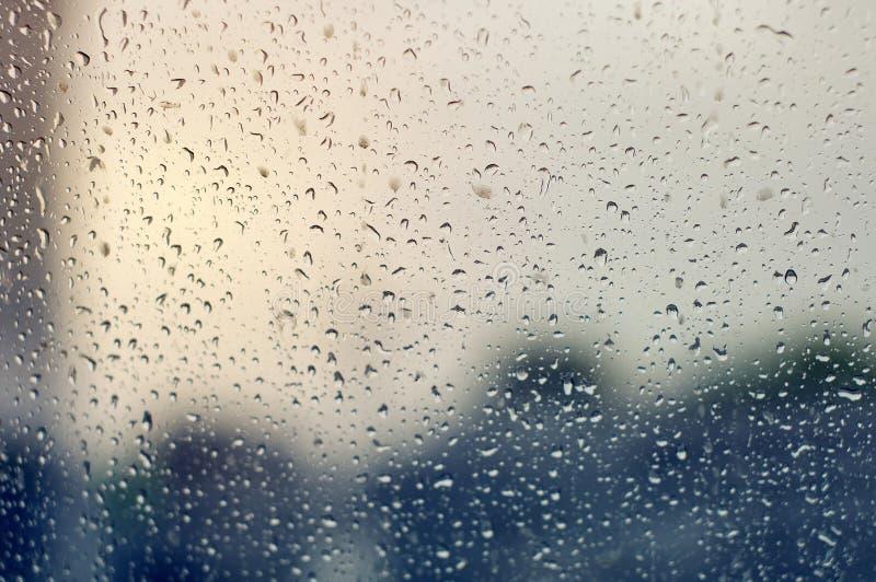 在清楚的玻璃的大雨珠在一多雨阴天 库存照片