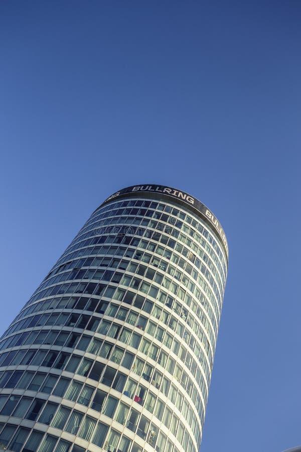 在清楚的蓝天的圆形建筑的大厦 免版税图库摄影
