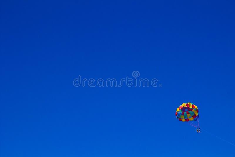 在清楚的蓝天的巴拉航行 库存照片