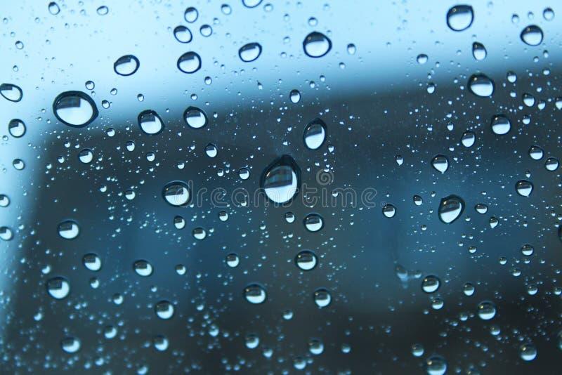 在清楚的玻璃的雨珠 免版税库存图片