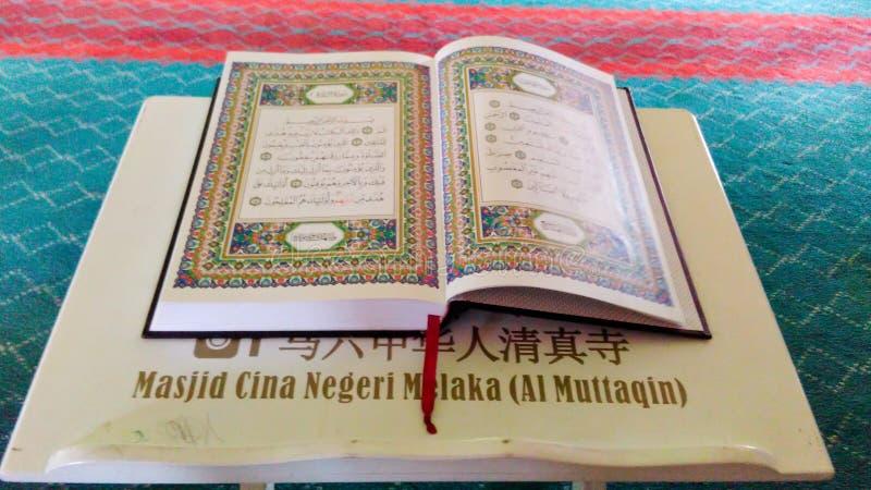在清真寺的古兰经 免版税库存图片