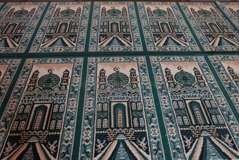 在清真寺的绿色跪垫 免版税库存照片