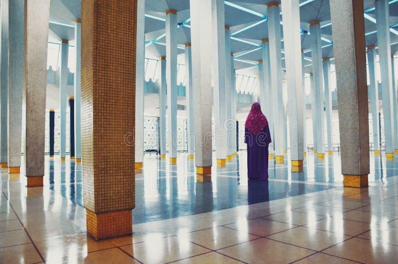 在清真寺里面的回教妇女 库存图片