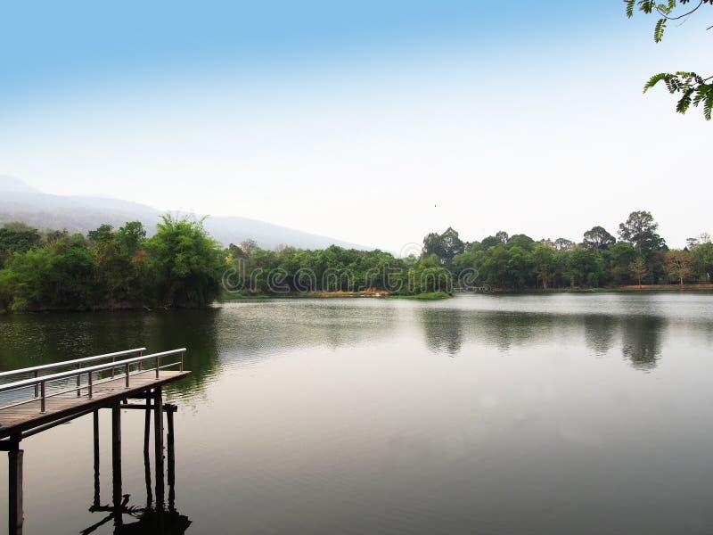 在清迈大学的Ang Kaew水库在泰国 免版税库存照片