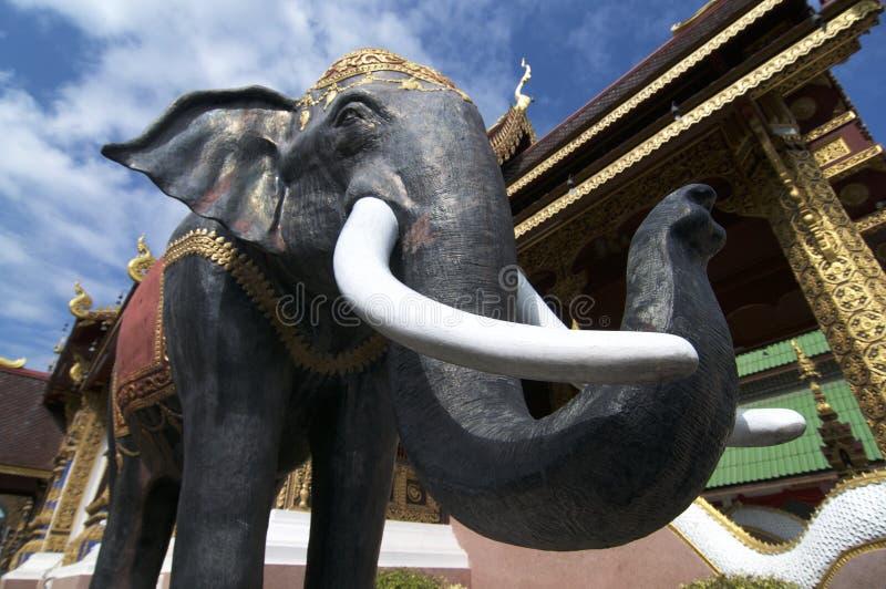 在清迈的Wat Saen Muang Ma Luang的黑大象雕象 库存照片