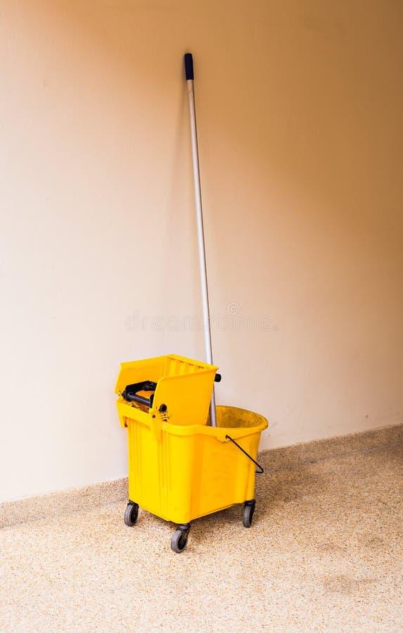 在清洁的拖把桶在处理室内 免版税库存图片