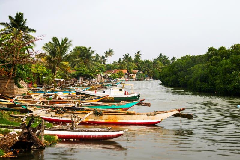 在渔夫村庄的小船在Negombo,斯里兰卡 免版税库存图片