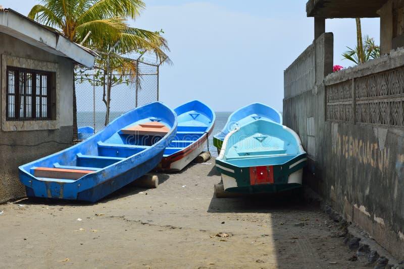 在渔夫村庄,尼加拉瓜的五颜六色的小船 库存照片
