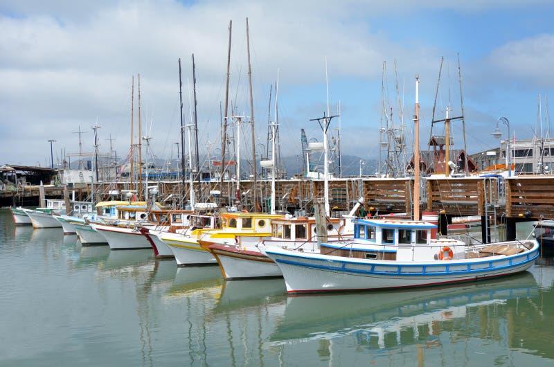 在渔夫码头旧金山的五颜六色的渔船 免版税库存照片