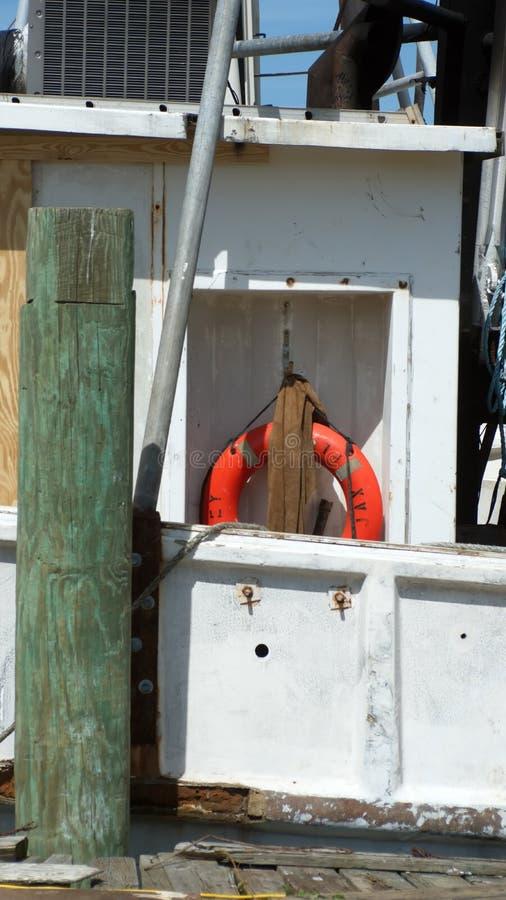 在渔船的救生圈 免版税库存照片