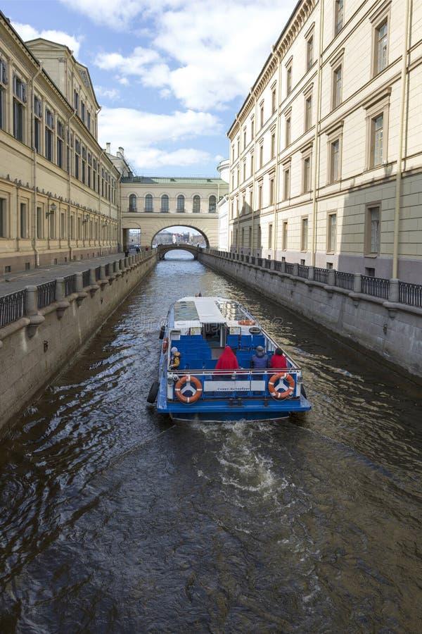 在渠道冬天凹线的客船在圣彼德堡 库存图片